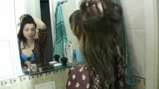 18 ans et déjà accro au sexe ; elle se fait démonter sa chatte par son mec dans la salle de bain et elle adore ça
