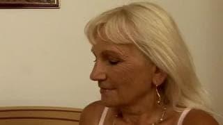 Blonde mature baise intensement depuis des lustres