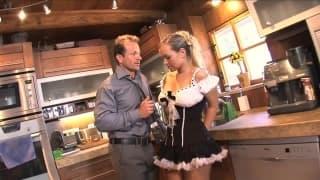 Cette blonde chaudasse adore le sexe, ses seins sont en l'air pendant qu'elle prend son pied sur la table