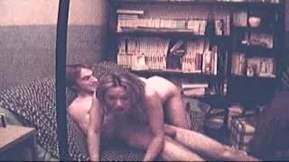 Cette brunette aux petits seins accepte de baiser devant la caméra lorsqu'elle se fait démonter sa foufoune toute humide