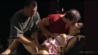 Cette nana ne prend plaisir qu'avec  gars pour la baiser, elle prend bien son pied là, elle crie d'orgasme