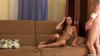La jeunette s'est déjà déshabillée en attendant son copain, elle a hâte de baiser et de lui faire la pipe