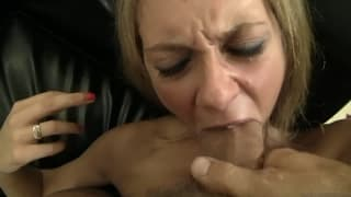 La blondinette aux énormes fesses fait la joie de Rocco, le mec à la grosse queue qui ravage le cul