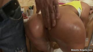 Cette fille hot et cochonne adore qu'on lui touche l'anus, ce mec lui met un gode dedans pour l'exciter
