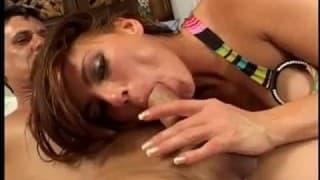 Cette femme sensuelle et très active sexuellement se met à plusieurs positions pour savourer la pénétration anale